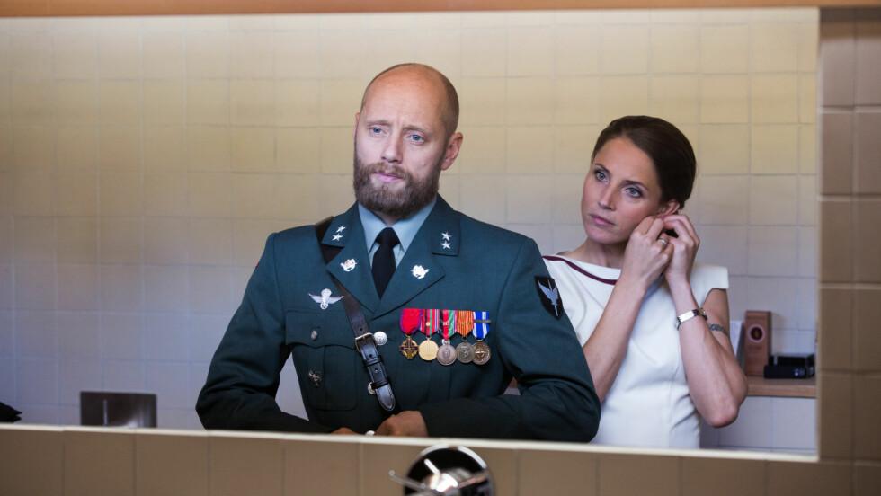 EKTEPAR: I «Nobel» spiller Aksel Hennie FSK-løytnant Erling Riiser som er gift med Johanne Riiser, sekretariatsleder i Utenriksdepartementet. Hun portretteres av den svenske skuespilleren Tuva Novotny. Foto: Eirik Evjen for Monster Scripted // NRK