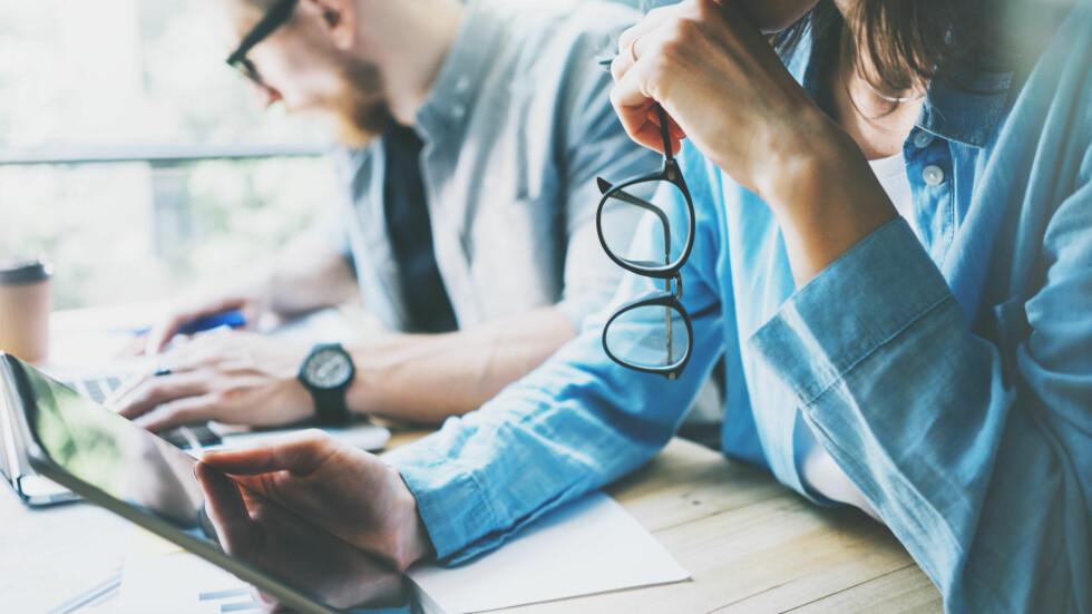 IKKE GLEM BRILLENE: Å ikke bruke briller når du trenger det kan være skadelig for både deg og andre advarer ekspert. Foto: Shutterstock / SFIO CRACHO
