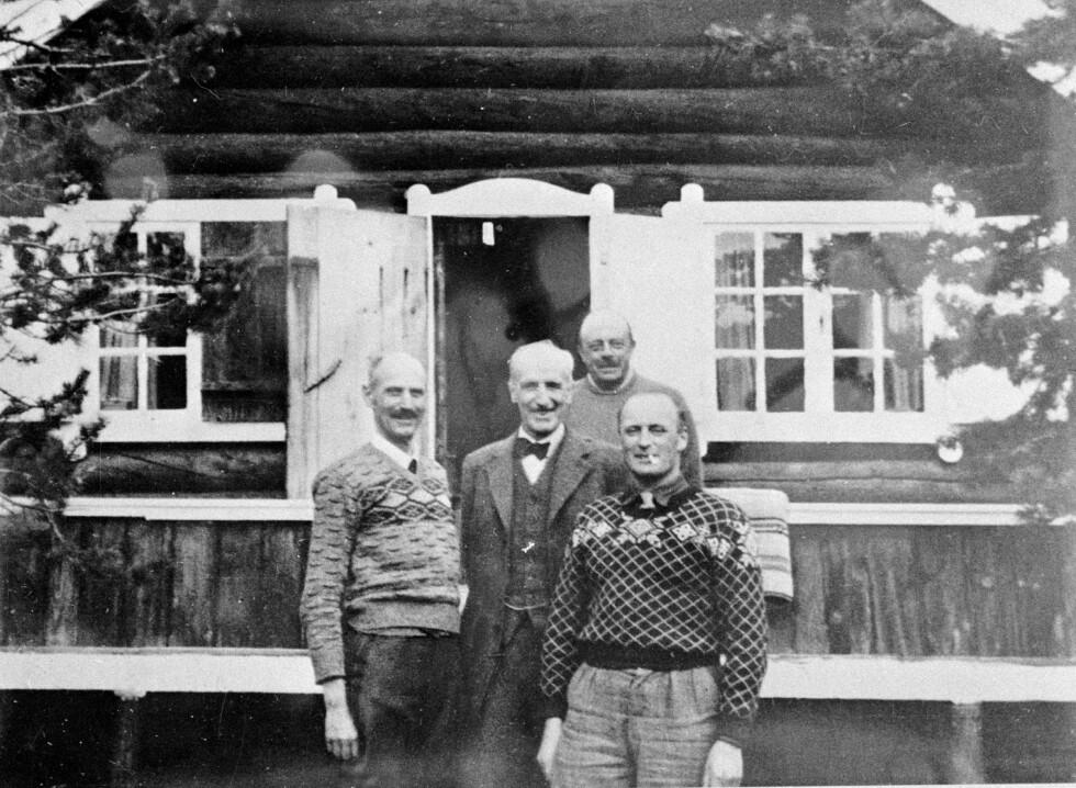 PÅ FLUKT: Kong Haakon og kronprins Olav fotografert i Målselvdalen i Nord-Norge i april 1940, kort tid før de gikk i eksil i London. Foto: NTB scanpix