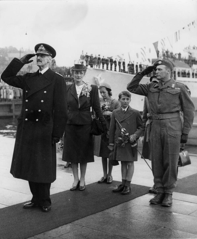 GJENFORENT: En jublende folkemasse ønsket kongefamilien velkommen tilbake til Norge idet de gikk i land på Honnørbryggen på Rådhusplassen i Oslo 7. juni 1945.   Foto: NTB Scanpix