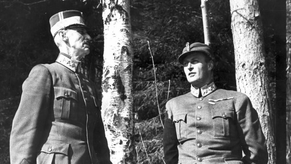 KONGENS NEI: Det ikoniske bildet av kong Haakon og hans sønn kronprins Olav ved bjørketrærne utenfor Molde som tatt etter at krigen brøt ut i Norge i april 1940. Det er blitt selve symbolet på den kampen de to kjempet for vårt fedreland. Foto: NTB scanpix