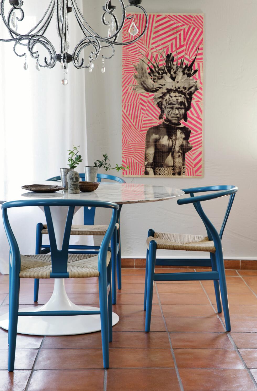 KUL SPISEPLASS: Saarinenbordet i marmor og Wegners Y-stol er fra Expo Nova. Lysekronen fra Blanc Divoire. Kunstbildet trykket på naturtre fra en kunstner i New York er kjøpt på Bolina. Det gamle  vitrineskapet er fra et bruktmarked i Frankrike. Tretallerknene og steinfiguren er fra Anouska. Foto: Yvonne Wilhelmsen