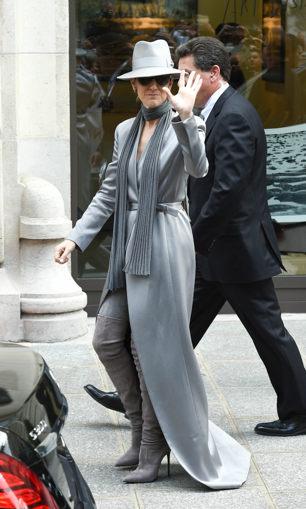 <strong>HELGRÅTT:</strong> Celine Dion har hatt på seg noen ganske så kule antrekk i Paris. Og ikke et av dem er uten solbriller! Foto: Splash News