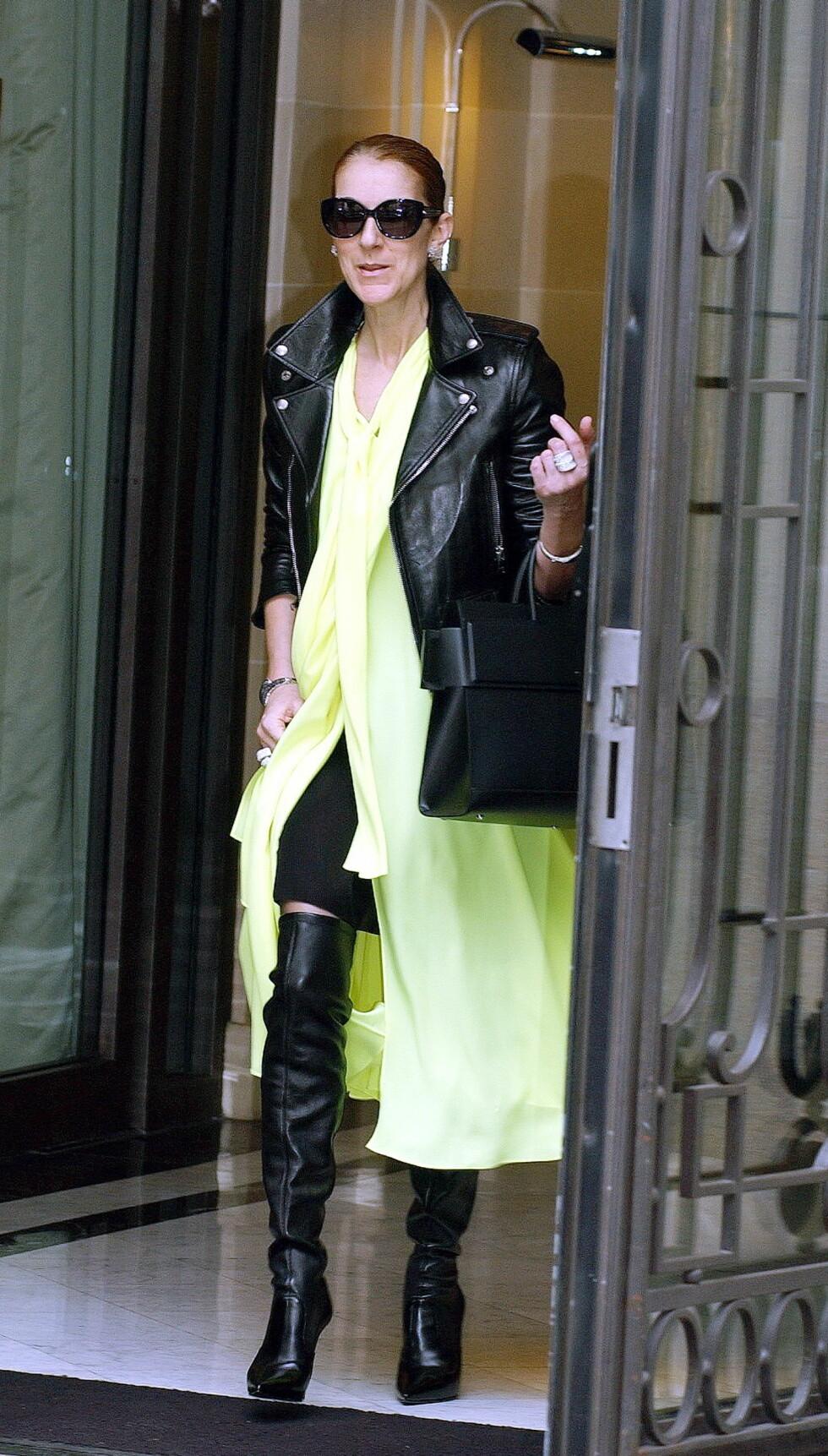 <strong>UT PÅ TUR:</strong> Celine Dion forlater hotellet sitt Royal Monceau Hotel i Paris. Foto: wenn.com