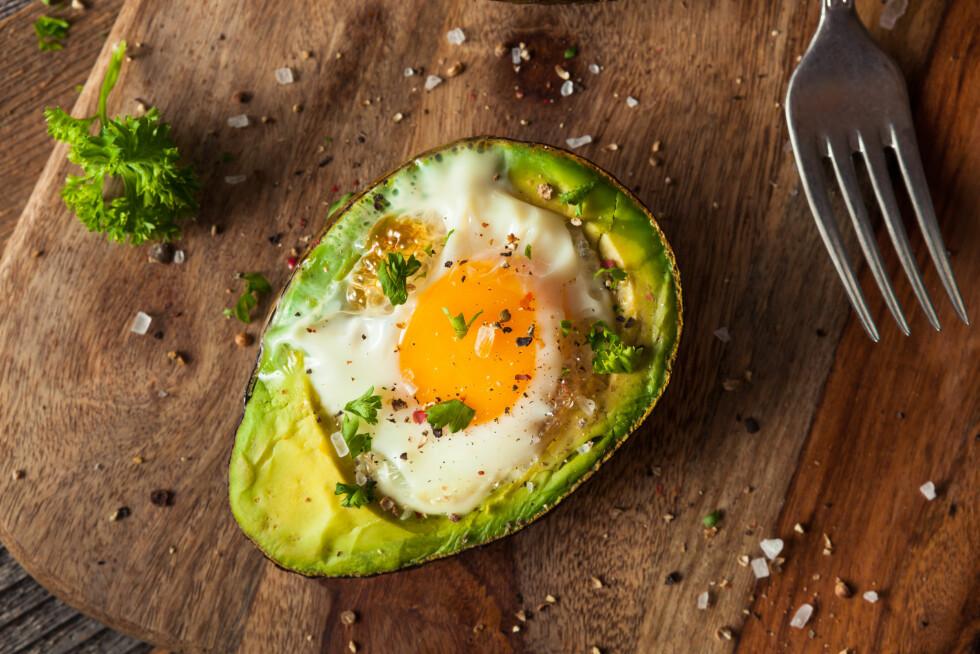 BAKT EGG I AVOKADO: Er frokosten vi gjerne vil stå opp til om morgenen den siste tiden; god og mettende! Foto: Shutterstock / Brent Hofacker