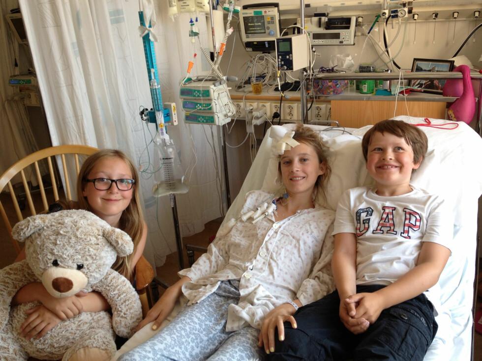 BESØK PÅ SYKEHUSET: Livet på sykehuset var lenge hverdagen for Hedda og familien. Og da var det godt av og til å få besøk.  Foto: Privat