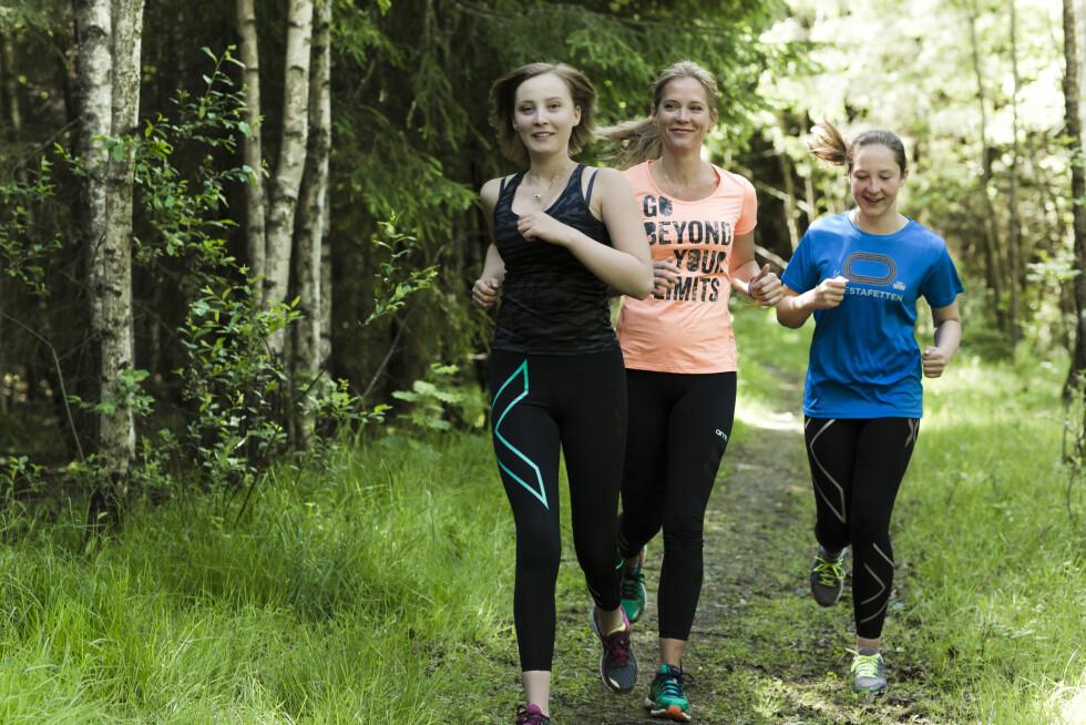 FRISK ETTER SVULSTEN: 3. september skal Hedda (16) løpe – og gå – KK-mila sammen med mamma Lene Sundet Stensrud og søsteren Tuva (13). Det er gått tre år siden hun fikk diagnosen svulst på hjernen.  Foto: Astrid Waller