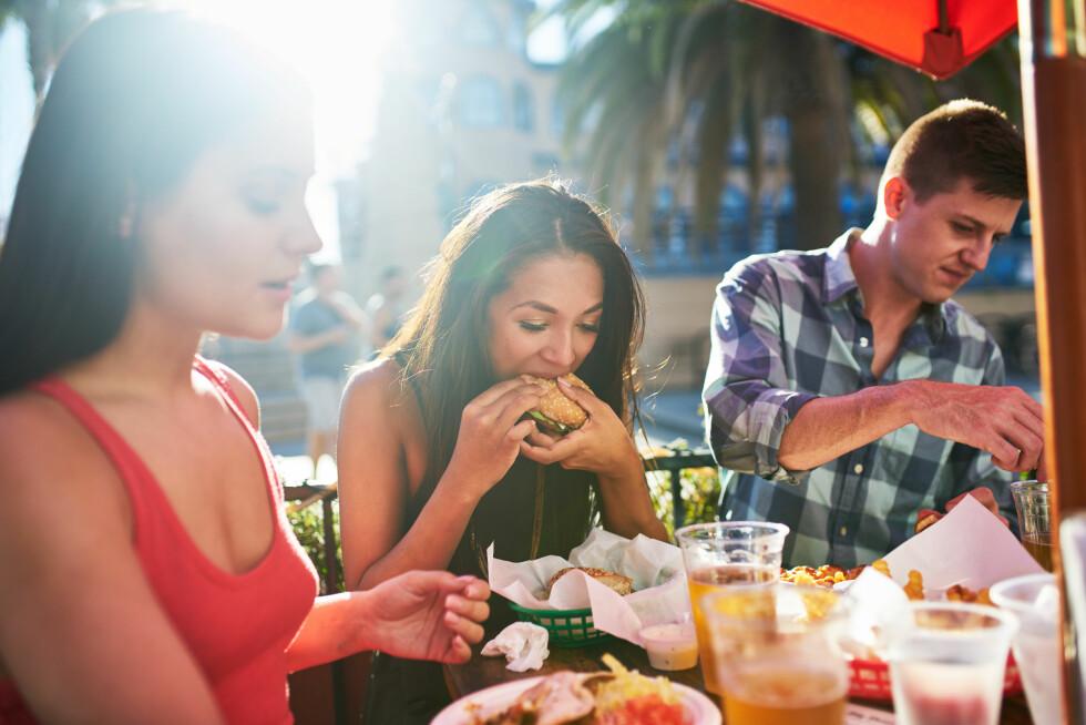 DROPP TILBEHØRET: Eksperten forteller at du fint kan spise en hamburger til middag på festival dersom du dropper det kaloririke tilbehøret.  Foto: Shutterstock / Joshua Resnick