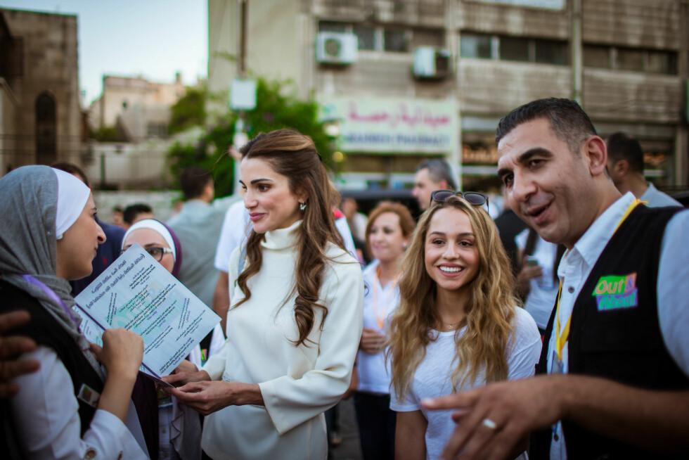 UTE I FELTEN: Prinsesse Iman følger i sin mors fotspor, og elsker å møte nye mennesker på tilstelninger sammen med sin mor dronning Rania. Dette bildet ble tatt i Amman i Jordan sommeren 2015. Foto: NTB Scanpix