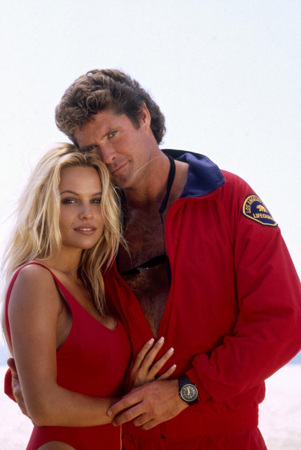 PUPPEFOKUS: David Hasselhoff ville egentlig ikke at Pamela Anderson, den tidligere Playboy-modellen, skulle spille i serien. I 1992 fikk hun allikevel rollen som livvakt C.J. Parker. Foto: NTB Scanpix