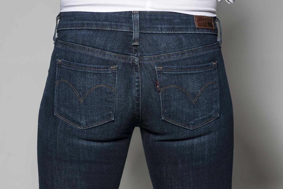 FOR STØRRE RUMPE: Velg små lommer om du vil at rumpa skal se fyldigere ut. Er lommene plassert midt på eller høyere, får rumpa et løft (kr 1000, Levi's). Foto: Solveig Selj