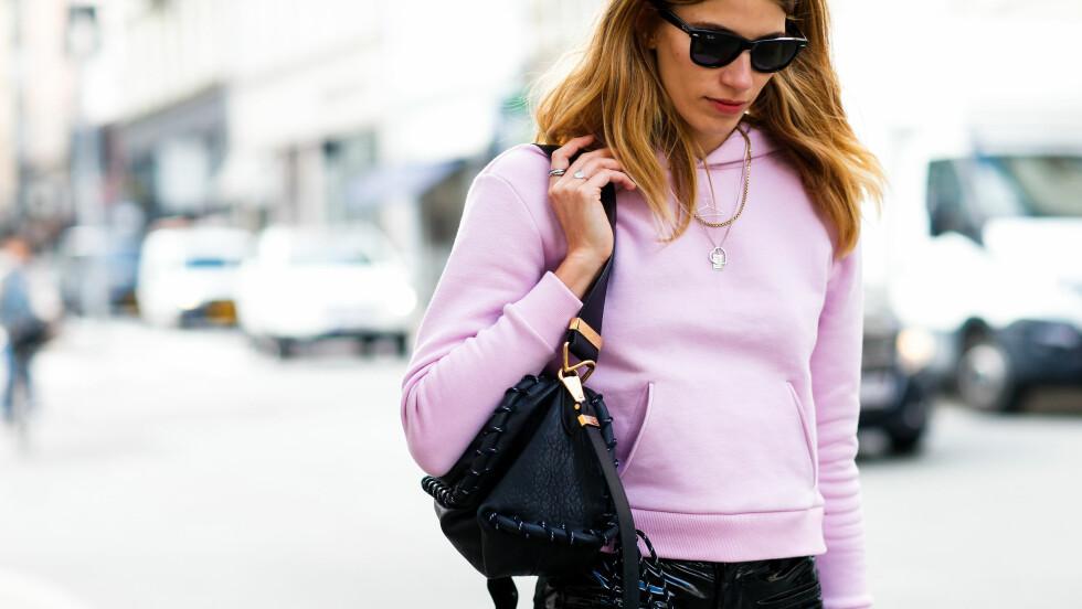 TRENDER FRA KØBENHAVN: Det å kombinere rosa og sort, som Veronika Heilbrunner har gjort her, var blant de tre trendene som skilte seg ut under moteuken i København. Sjekk ut resten lengre ned! Foto: Abaca