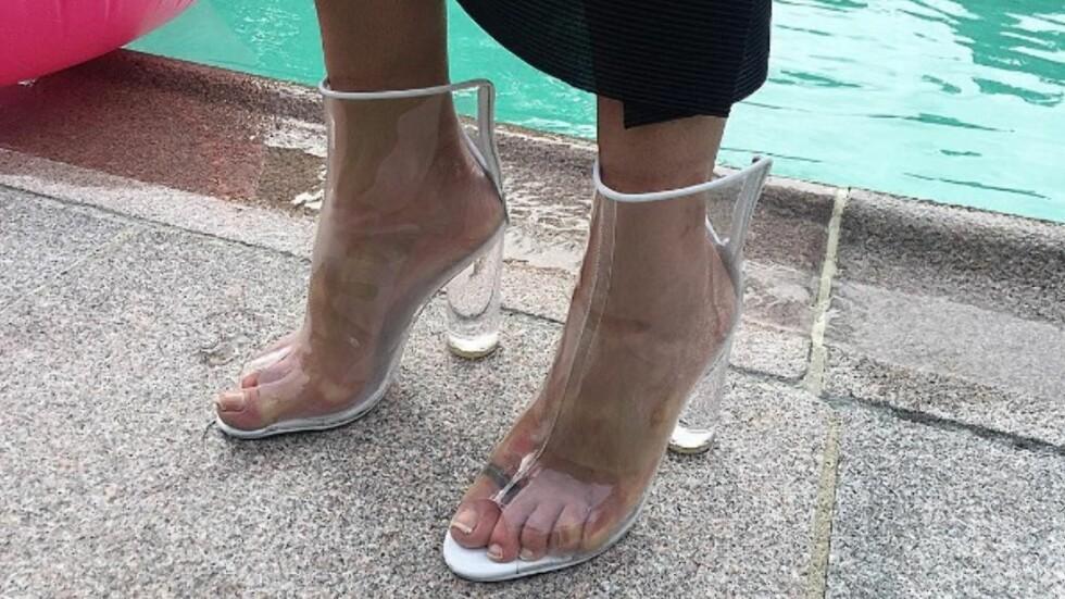 <strong>GJENNOMSIKTIGE SKO:</strong> Ikke bare har Kim Kardashian forelsket seg i disse trendskoene, men den norske moteeksperten Celine Aagaard har selvfølgelig lagt merke til de freshe skoene! Disse er fra Jennie Ellen og koster kroner 1395. Foto: Skjermdump fra Instagram / Celine Aagaard (med tillatelse)