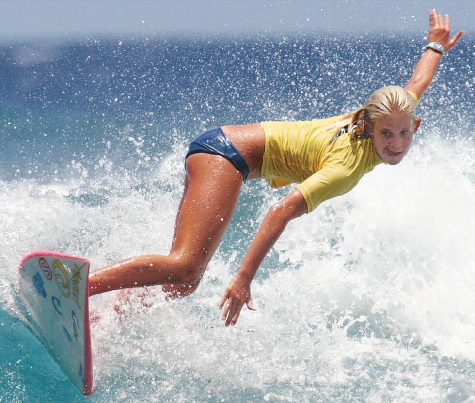 FØR ULYKKEN: Bethany Hamilton fotografert under en surfekonkurranse på Hawaii i august 2003. To måneder senere mistet hun venstrearmen i det fatale hai-angrepet. Foto: NTB Scanpix
