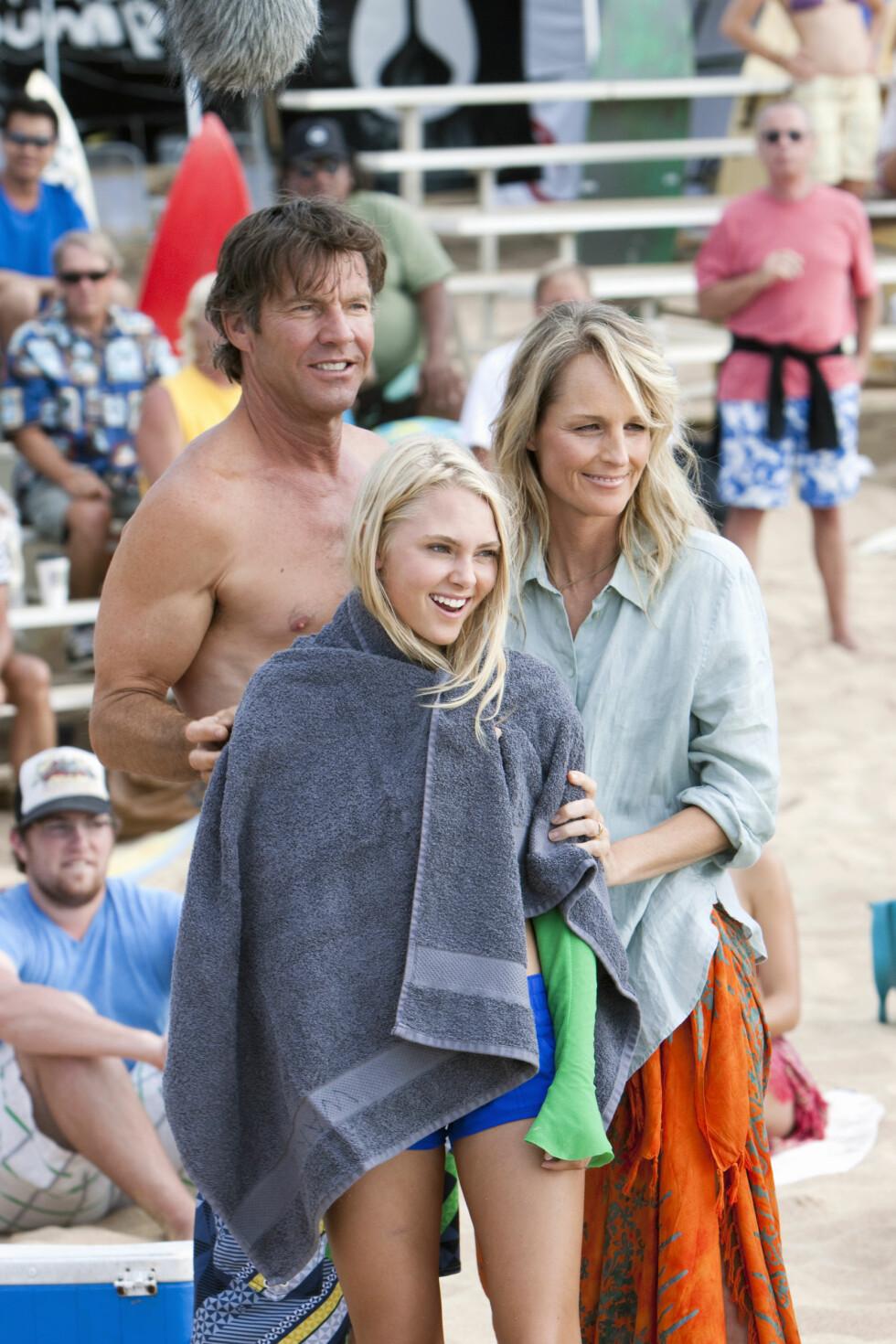 BLE FILM: I 2011 kom filmen «Soul Surfer» ut med Dennis Quaid, Anna Sophia Robb og Helen Hunt i rollene som far Thomas, Bethany og mor Cherilyn. Foto: NTB Scanpix