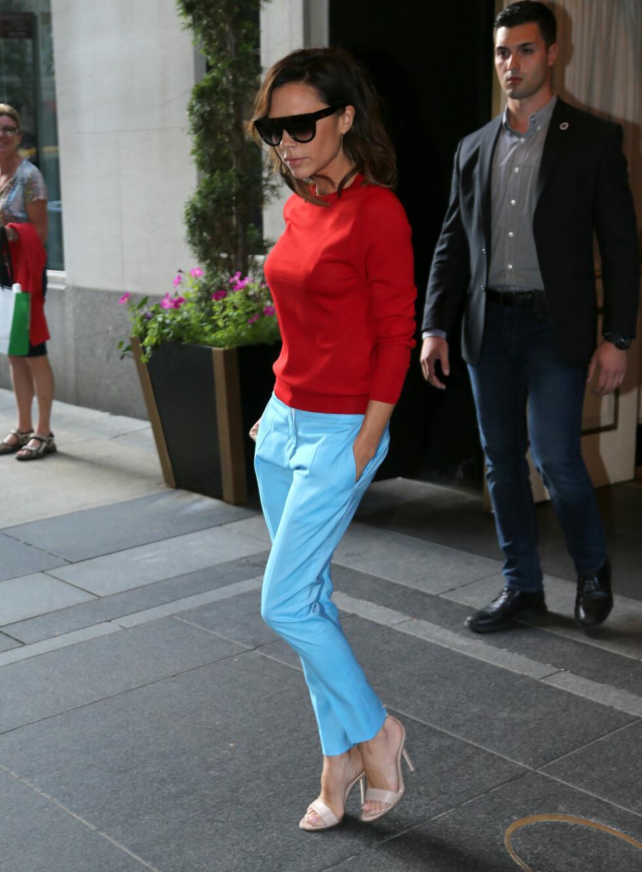 UVANLIG FARGEKOMBINASJON: Når Victoria Beckham først har på seg farger, er det gjerne i litt utradisjonelle kombinasjoner. Det er ikke ofte vi ser rødt og lyseblått sammen, men fru Beckham får det til å funke! Foto: Splash News