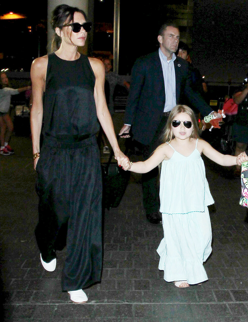 MATCHER: Victoria og datteren Harper i sort/hvite antrekk.  Foto: Broadimage