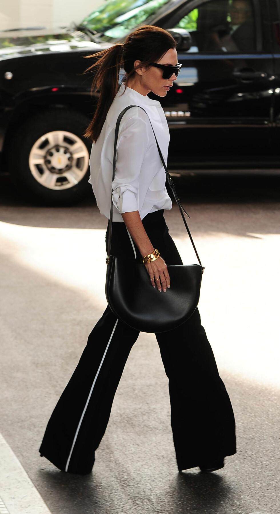 I KJENT STIL: Antrekk som dette er noe vi ofte ser Victoria Beckham i. Foto: Xposure