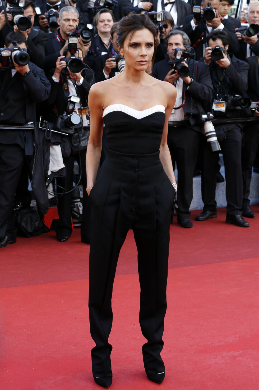 CANNES: Victoria Beckham deltok på filmfestivalen i Cannes. Selvfølgelig ikledd et antrekk i sort og hvitt. Foto: DPA