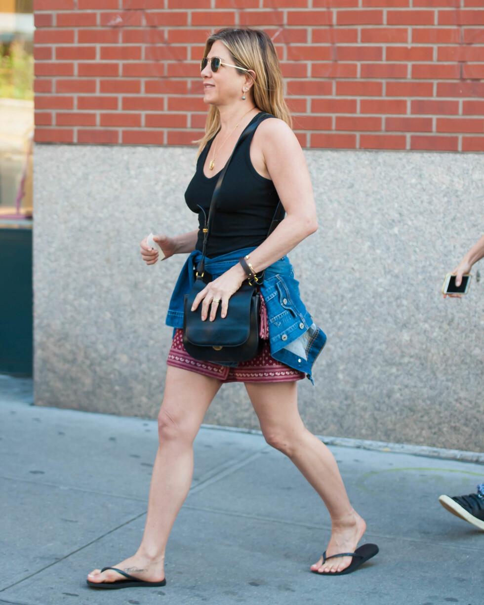 <strong>JENNIFER ANSITON:</strong> Skuespillerinnen er kjent for sine strammer topper, og har i flere år latt bh-en ligge igjen i skuffen.  Foto: Splash News