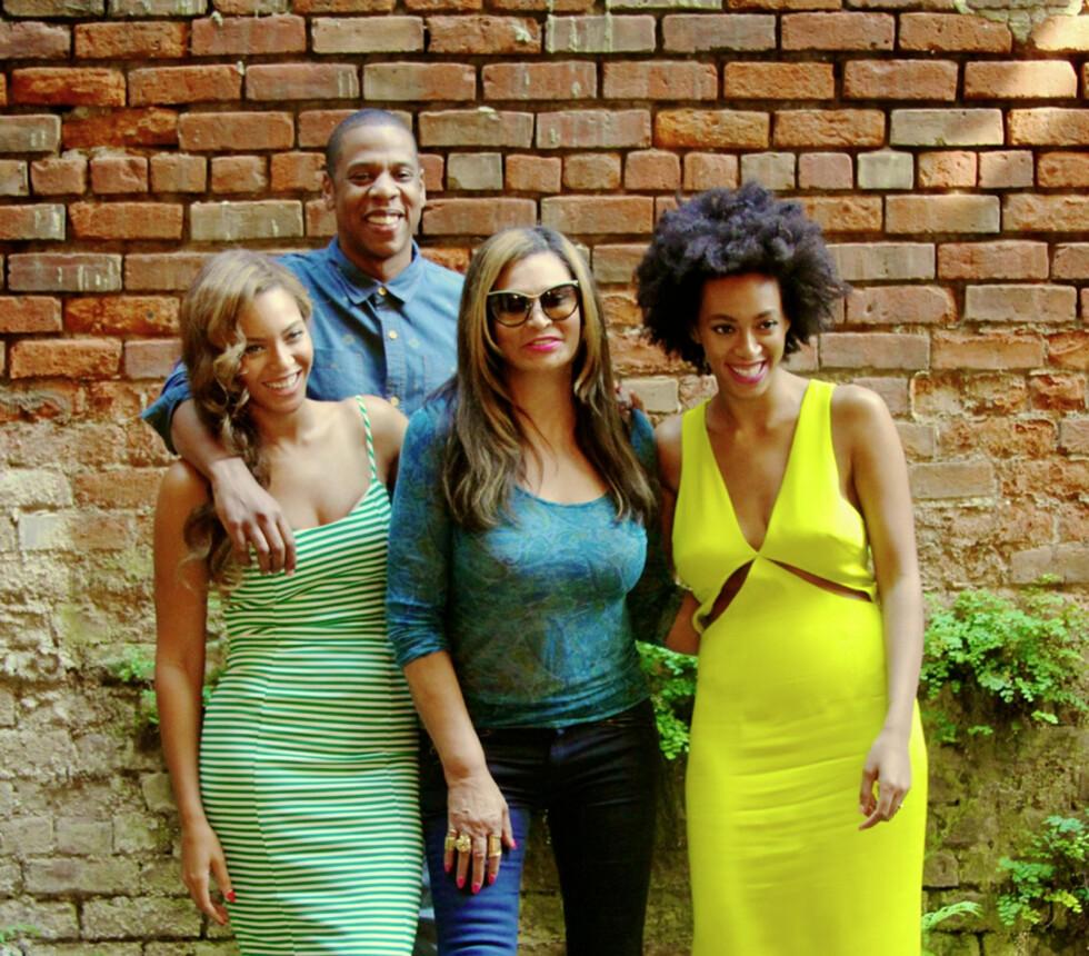 KJENDISFAMILIE: Tina Knowles omgitt av svigersønnen Jay Z døtrene Beyoncé og Solange. Foto: NTB Scanpix