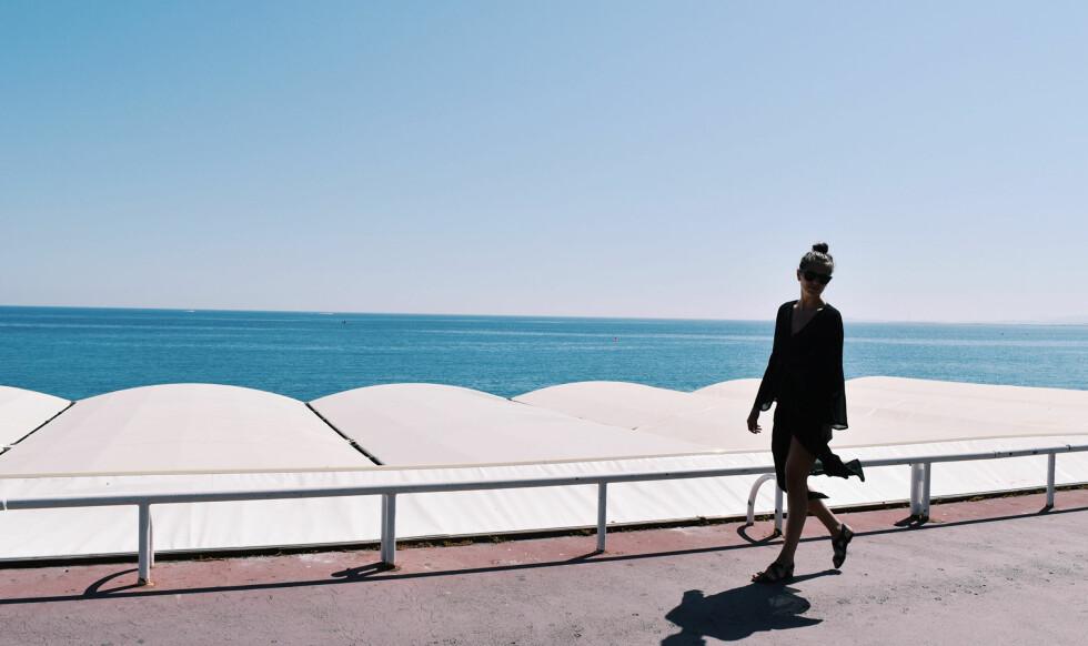 SOMMERSTIL: En sort kaftan er perfekt å slenge på seg på stranden, samtidig som den fint kan brukes med hæler på fest.  Foto: Karoline Andersen