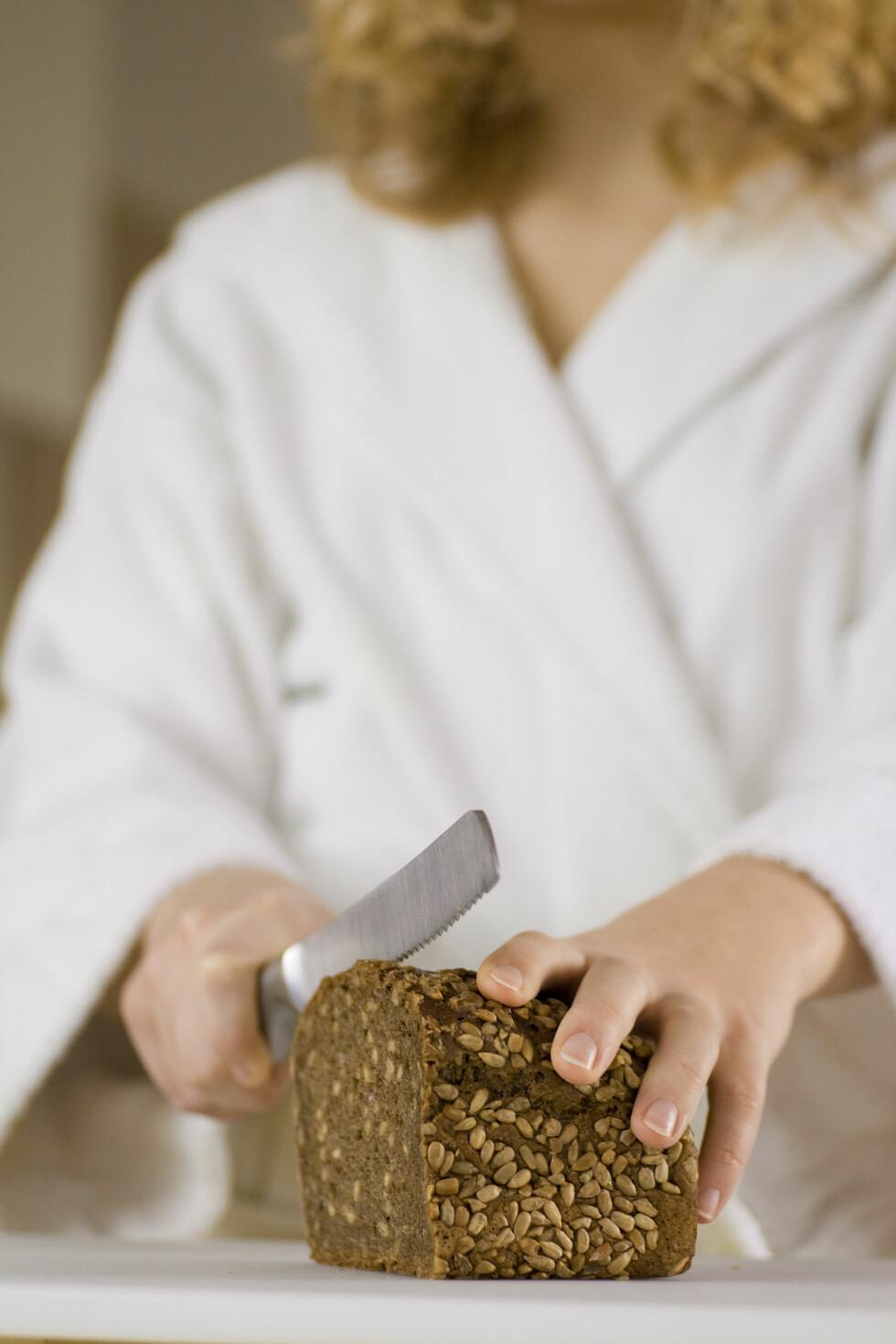 FULLKORN: Velg grovt brød og andre fullkornsprodukter, da får du i deg masse godt fiber. Foto: Plainpicture