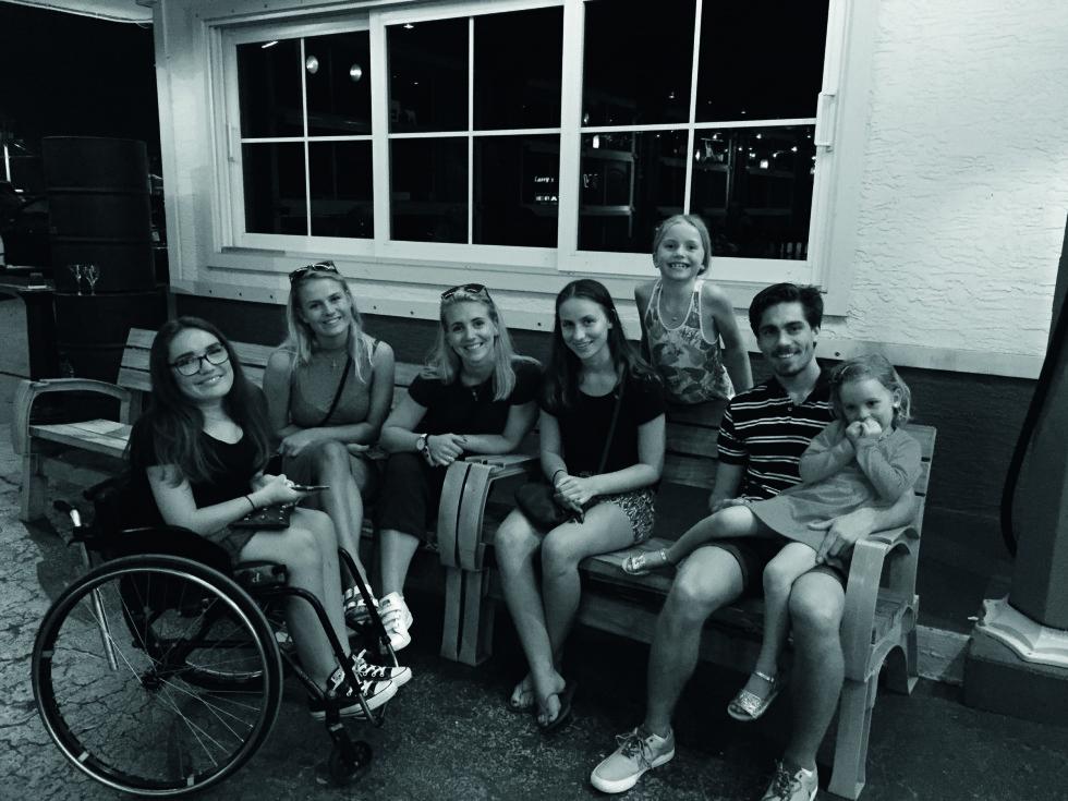 STOR SØSKENFLOKK: Hele gjengen samlet i påsken. Fra ventstre: Josefine (18), Ulrikke (20), Kristiane (23), Mie (16), Lycke (8), Erik (22) og Madicken (4). Foto: Geir Dokken