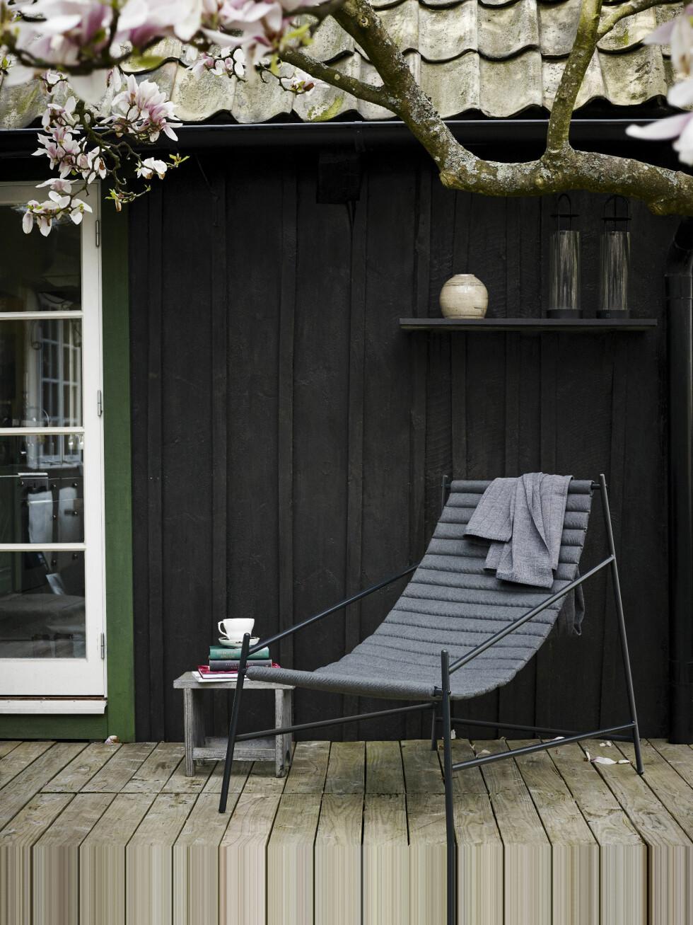 UTENDØRSHYLLE: Det er klart du kan ha hyller på veggen ute også! Mal dem i samme farge som veggen, så stikker den seg ikke ut, men blir en smart og delikat oppbevaringsplass og et sted for fine pyntegjenstander. Gå for solide utemøbler som gjør seg like fint inne resten av året. En god investering! Solstolen «Hang chair» (kr 5195, skagerak.dk). Foto: Krista Elvheim