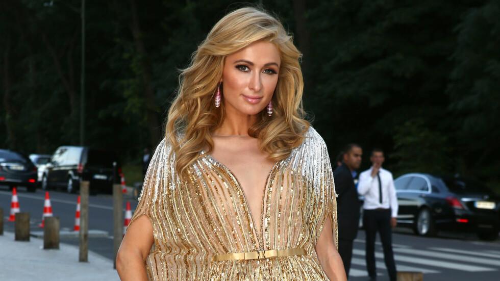 HVA SKJEDDE PARIS?: Hotellarvingen Paris Hilton (35) overrasker alle med superelegant antrekk! Foto: Abaca