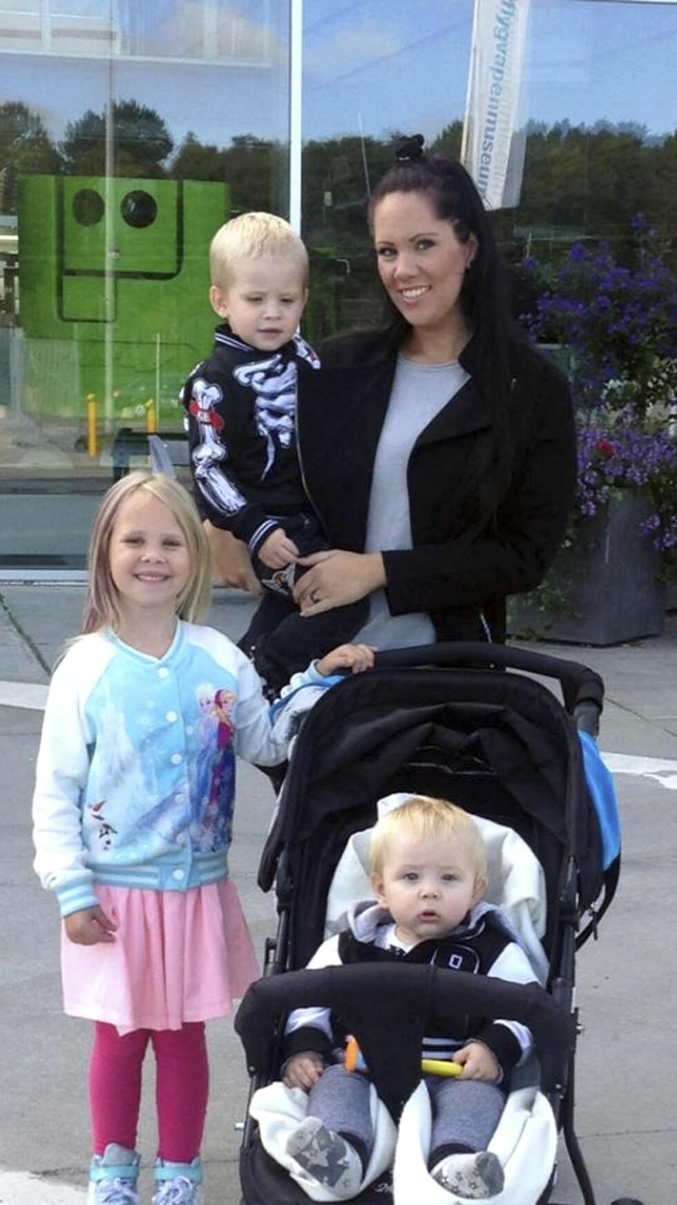 TRE SMÅ MIRAKLER: Zandra med sine tre barn; Ziva, Azton og Daviz. Foto:  Jan-Erik Ejenstam