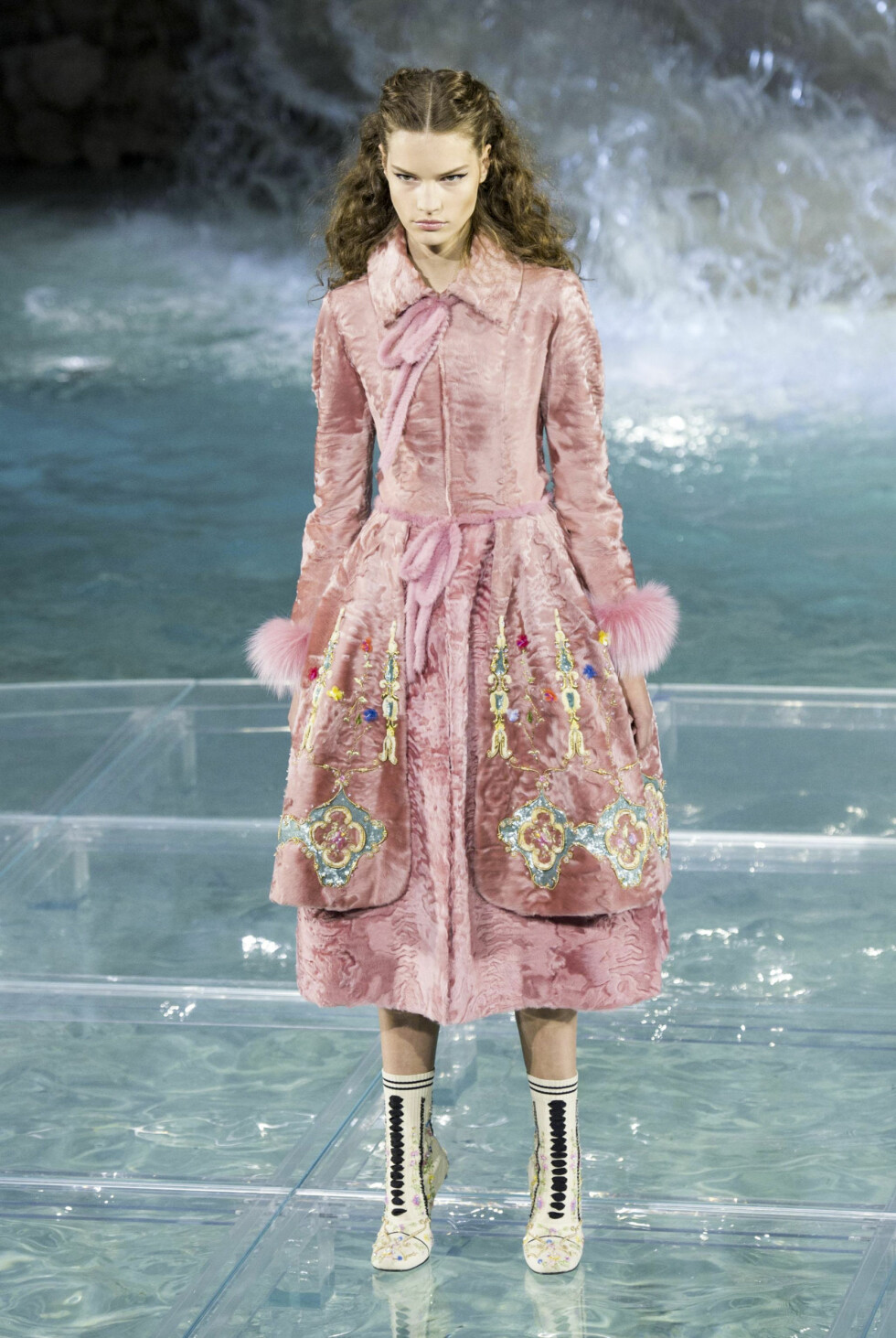 A model wears a creations part of the Fendi fashion house collection presented on a catwalk over Rome's historical Trevi Fountain, during a show marking the 90th anniversary of the birth of the brand, Thursday, July 7, 2016. (Giorgio Onorati/ANSA via AP) Foto: Ap