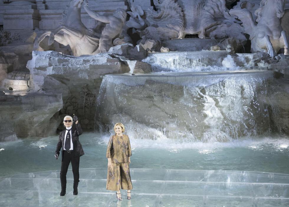 <strong>TREVIFONTENEN BLE CATWALK:</strong> Karl Lagerfeld og Silvia Venturini Fendi takker de oppmøtte etter at couture-kolleksjonen er vist frem. Foto: Ap