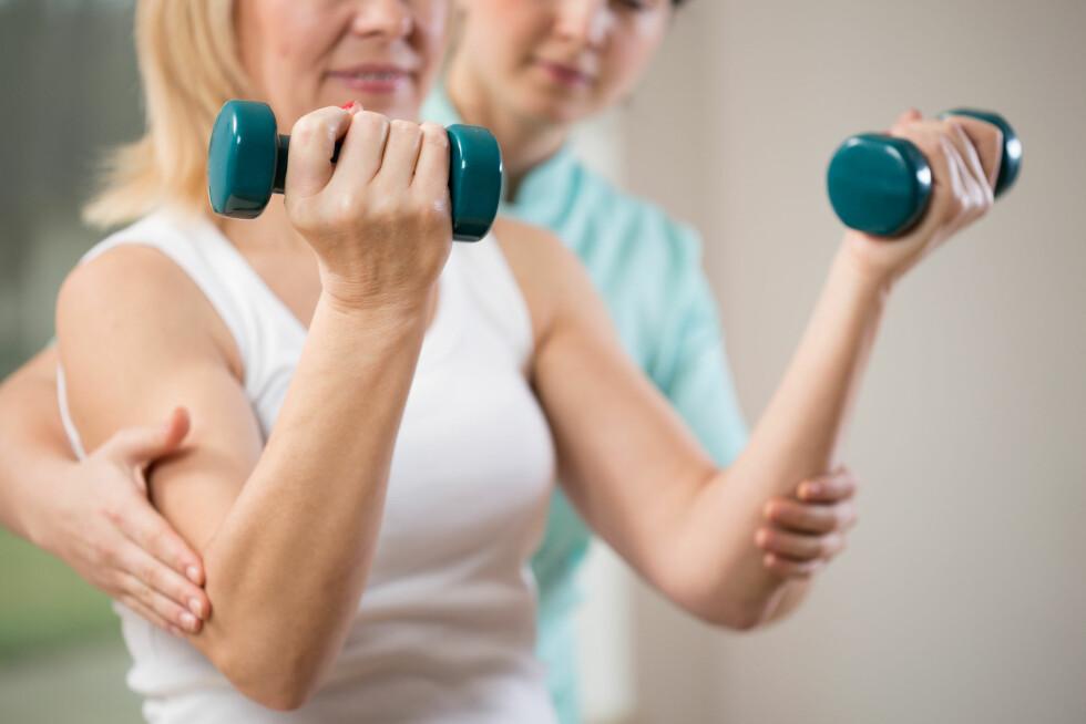 TRENING: En fysioterapaut trener og veileder pasientene.  Foto: Shutterstock / Photographee.eu