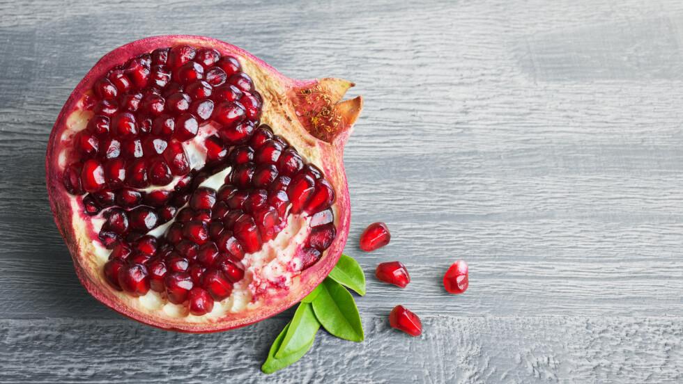 <strong>GRANATEPLE:</strong> Visste du at granatepler er proppfulle av vitaminer og antioksidanter? Faktisk inneholder granatepler 10 ganger mer antioksidanter enn appelsiner.  Foto: Shutterstock / Lev Kropotov