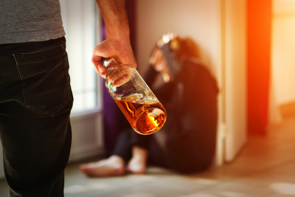 RUSMISBRUK: I noen tilfeller kan rusmisbruk eller alkoholproblemer senke terskelen for å ty til vold. Foto: Shutterstock / sdecoret