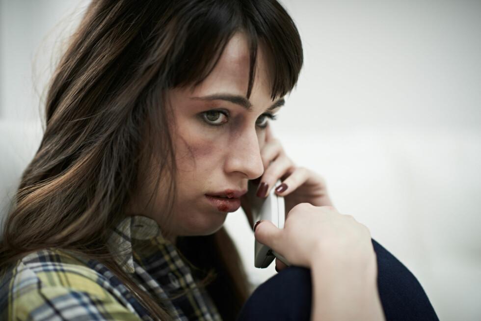 BE OM HJELP: Hvis du blir utsatt for vold, er det lurt å fortelle det til noen, en nær venninne, nabo, eller familie. Det er viktig at noen vet. Foto: Shutterstock / SpeedKingz