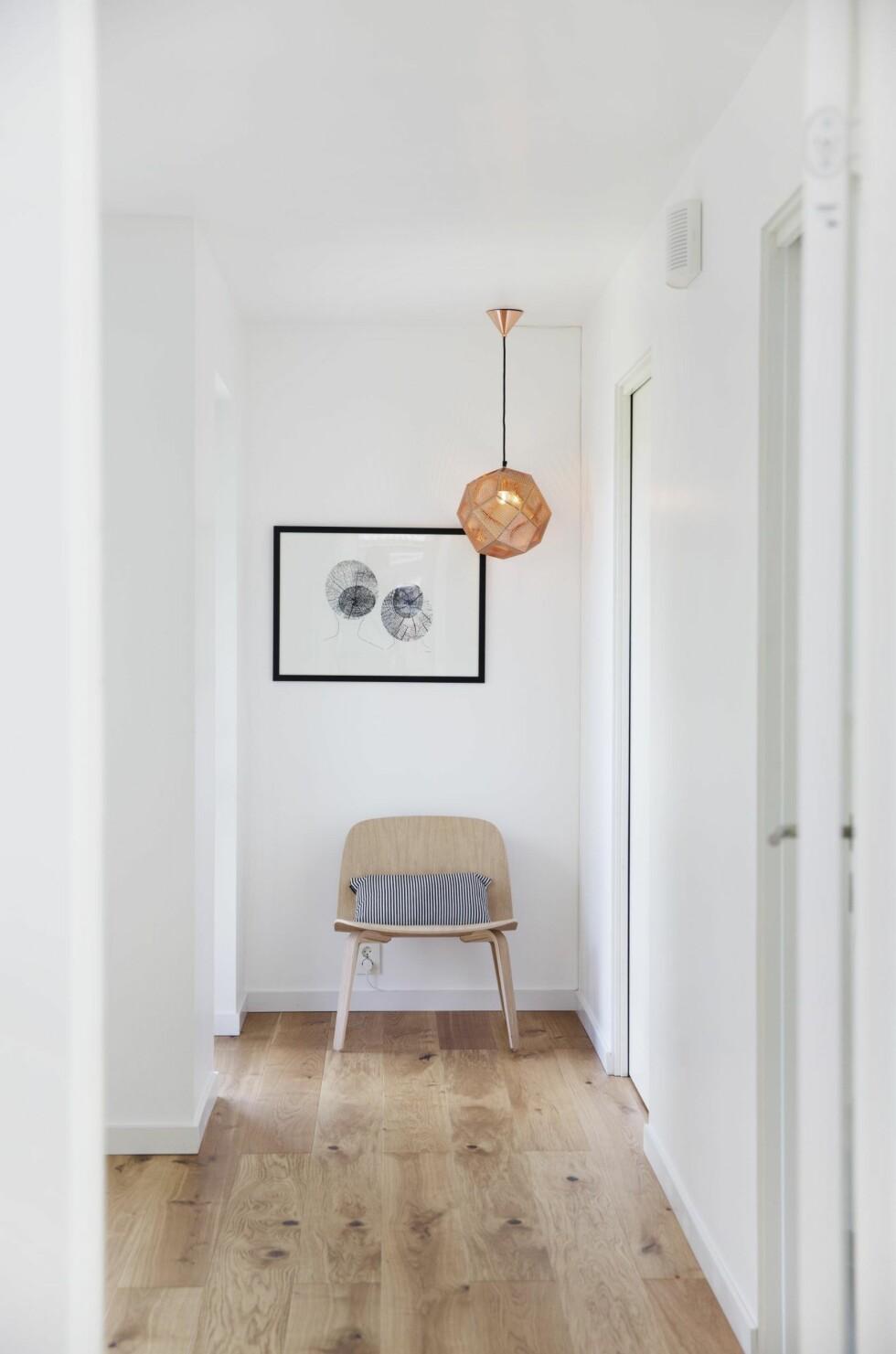 <strong>KUNSTPAUSE:</strong> På hovedsoverommet er det utgang til balkong til venstre, og inn til walk-in-closet til høyre. Stolen er «Visu Lounge Chair» fra Muuto, og puten er kjøpt på Rått og Sanselig. Taklampen er Tom Dixons «Etch», den grafiske kunsten heter «Sisaret» av L. E. Tanttu, kjøpt hos Nr. 9 i Sandefjord.  Foto: Yvonne Wilhelmsen
