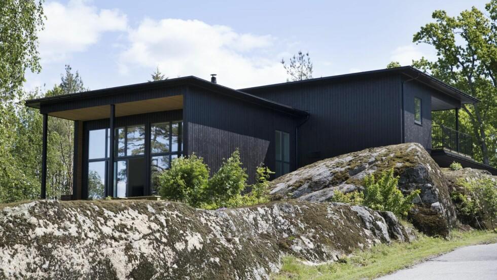 <strong>FUNKISHUS:</strong> Huset glir fint inn på den kuperte tomta. De store vinduene i frambygget er stue og spisestue. Foran starter en stor terrasse på 100 kvadratmeter som går rundt huset til kjøkkenet. I tillegg er det to balkonger på hver sin side av huset. Den bakre delen av huset går over to plan. Foto: All Over Press Norway
