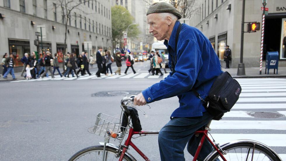I SITT RETTE ESS: Du kunne aldri se Bill Cunningham uten signaturjakken hans og sykkelen på jobb. Foto: Ap