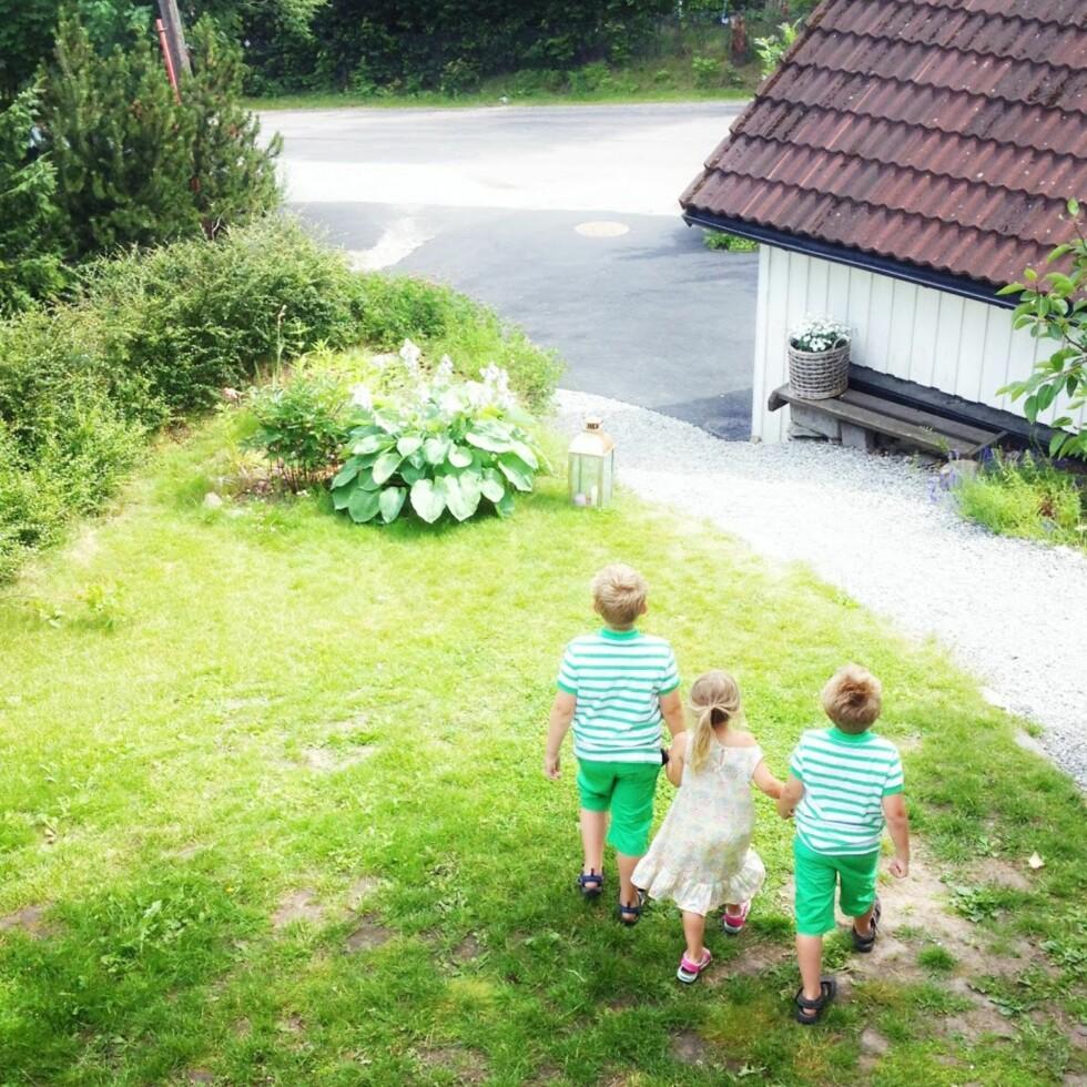 STRESSFRI HAGELEK: Fotball i hagen eller en tur bort på lekeplassen, man trenger ikke legge så avanserte planer.  Foto:  Privat
