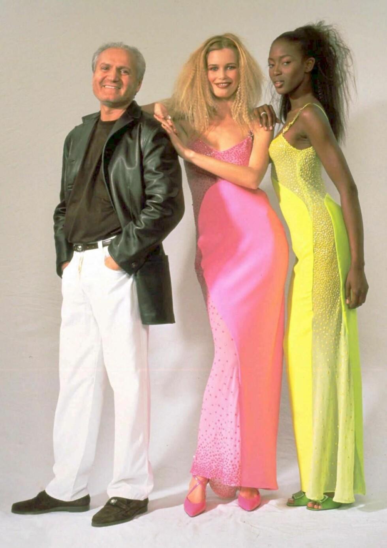 TRE MOTEIKONER: Gianni Versace poserer med supermodellene Claudia Shiffer og Naomi Campbell i mars 1996. Foto: NTB Scanpix/AP photo