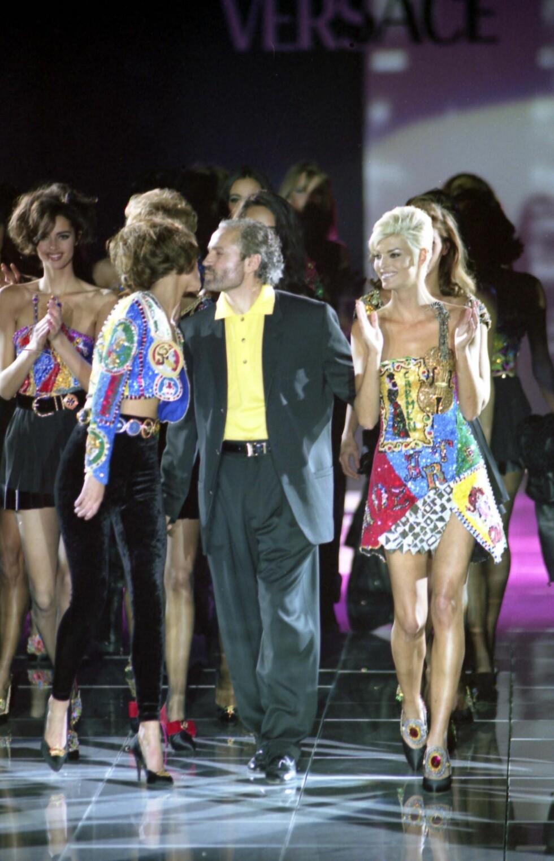 MOTESHOW I MILANO: Her er den store fashion designer Gianni Versace på et av sine mange show 7. mars 1991. Til høyre supermodell Linda Evangelista. Foto: NTB Scanpix/Ap photo