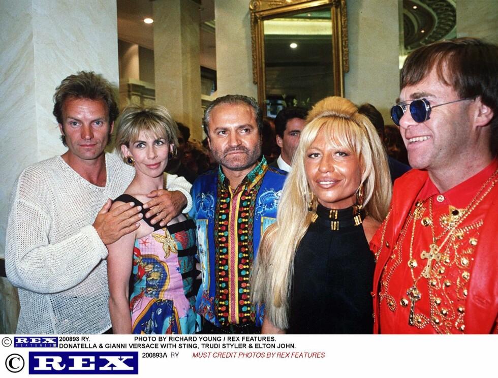 PARTYLØVE: Gianni elsket fester og å omgi seg med kjendiser. Her er han sammen med Sting og kona Trudie Styler, Donatella og Elton John. Foto: NTB-Scanpix