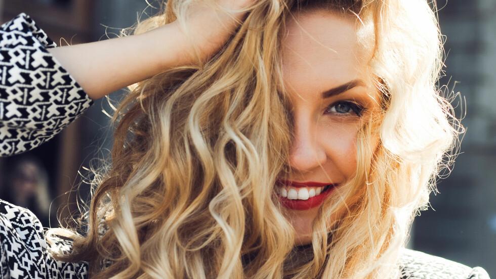 SJAMPO: Når man skal farge håret blondt, kan det fort skje at det ikke blir helt den fargen du hadde tenkt. Blå, lilla- eller sølvsjampo kan rette opp i dette, men vet du hva som skal brukes når? Svaret finner du i saken! Foto: Shutterstock / ginger_polina_bublik
