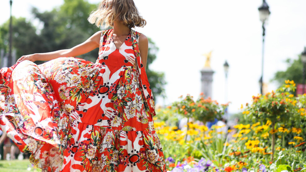 BLOMSTRETE PLAGG: En kjole som denne er gull å ha i klesskapet i sommer! Passer perfekt til alle mulige begivenheter. I bildekarusellen nederst i saken finner du et stort utvalg av blomstrete plagg og tilbehør. Foto: Abaca