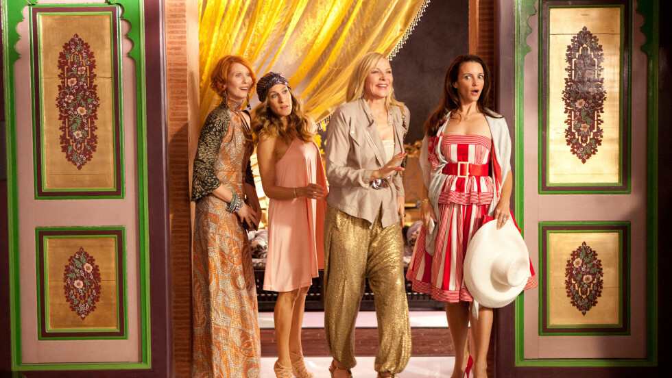 SEX AND THE CITY: Husker du denne rosa kjolen Carrie Bradshaw (Sarah Jessica Parker) hadde på seg i den andre Sex and the City-filmen? Prislappen på denne kreasjonen er nokså dyr, men vi har funnet et MYE billigere alternativ nede i saken. Foto: Zuma Press