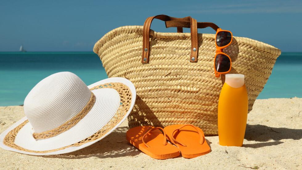 STRANDVESKEN: Denne fine saken skal fylles med både det ene og det andre. Denne sommeren putter vi et par lekre sandaler, solkrem, solbriller og litt av hvert oppi! Sjekk ut hva vi har funnet frem til årets strandferie nederst i saken. Foto: Shutterstock / Matthew Bechelli