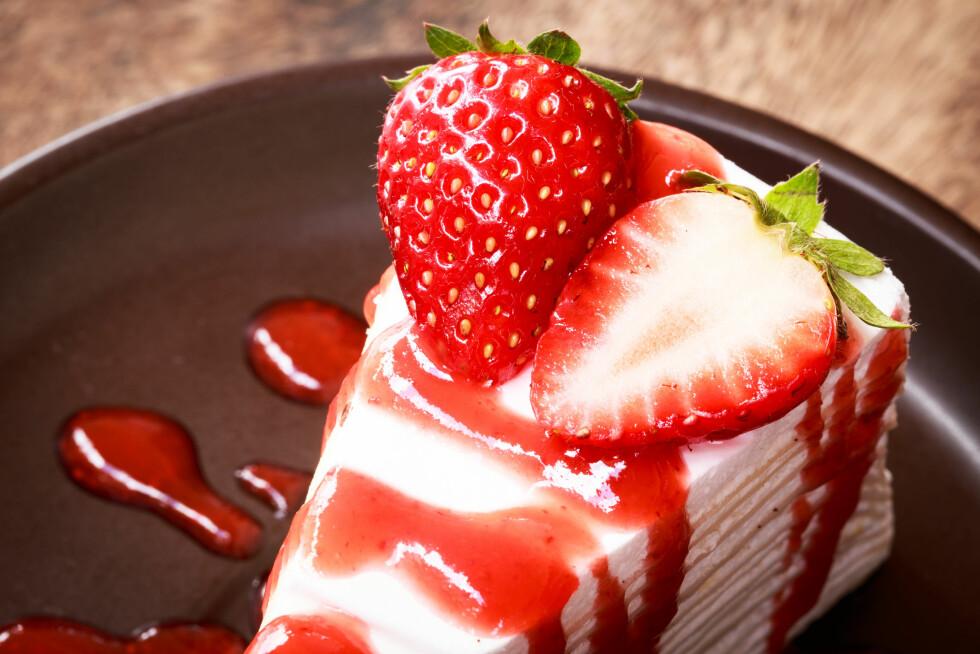 JORDBÆR: Jordbær kan spises alene, eller brukes til å lage deilige sommerdesserter.  Foto: Shutterstock / Komsan Loonprom