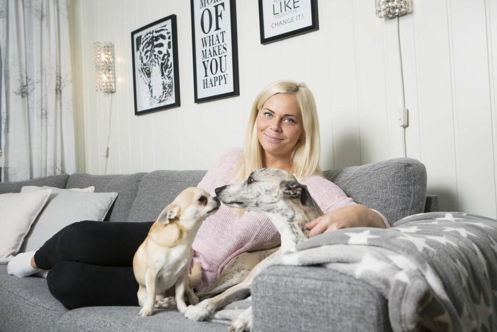 KOS: Cecilie bor sammen med hundene Tyson (t.h.) og Viper. – Du er aldri alene når du har dyr.
